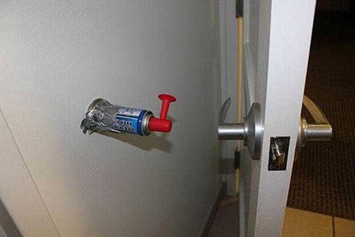 Прикольная картинка Гудок на стене за дверью на уровне ручки